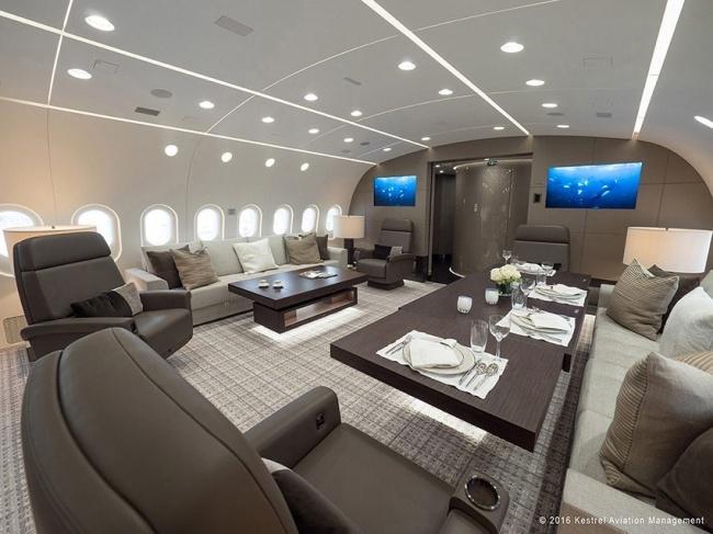 А это большая кровать в самой настоящей спальне. В самолете. Наверное, это невероятные ощущения — за