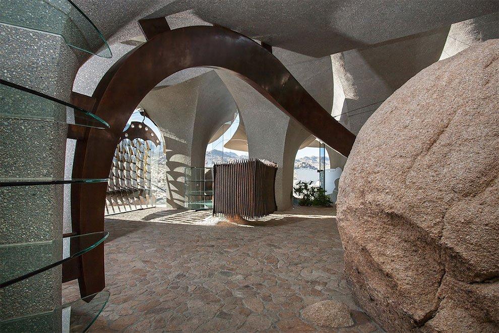 Desert House изначально был построен для художницы Бев Дулиттл и ее мужа, поклонников органической а