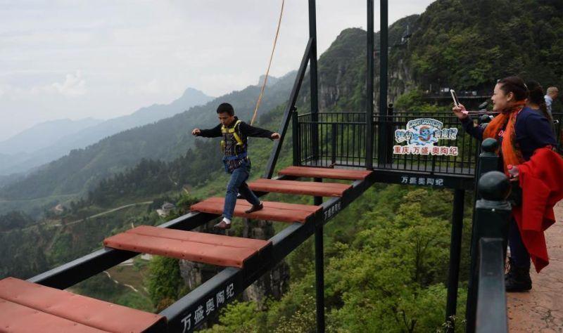 Мост для любителей очень острых ощущений в Китае (4 фото)