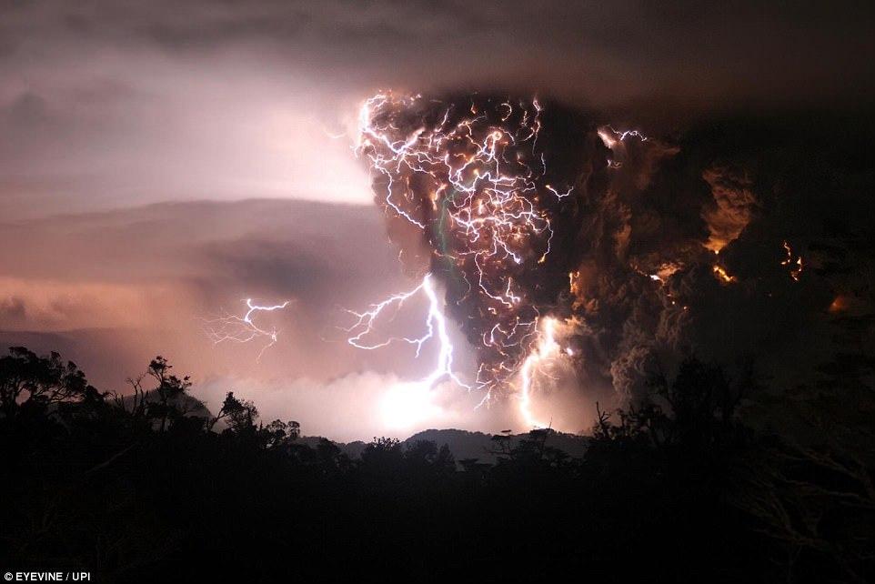 Извержение Этны, самого активного вулкана Европы, на Сицилии в Италии, 28 февраля 2017 года.