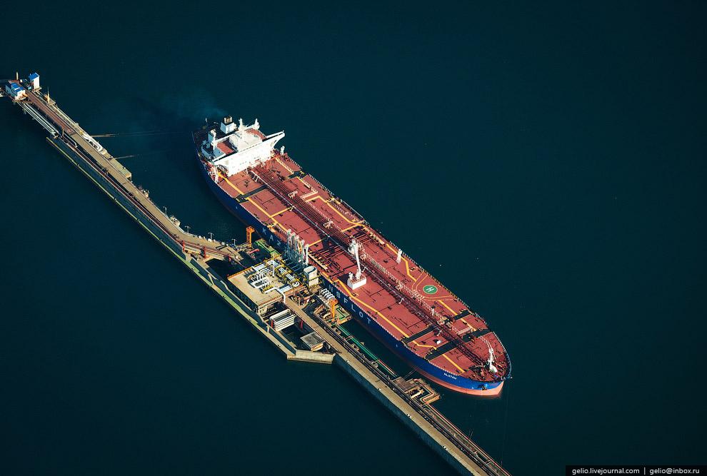 32. Глубина у нефтепирса достигает 14,5 м. Средняя интенсивность погрузки нефти на танкеры достигает