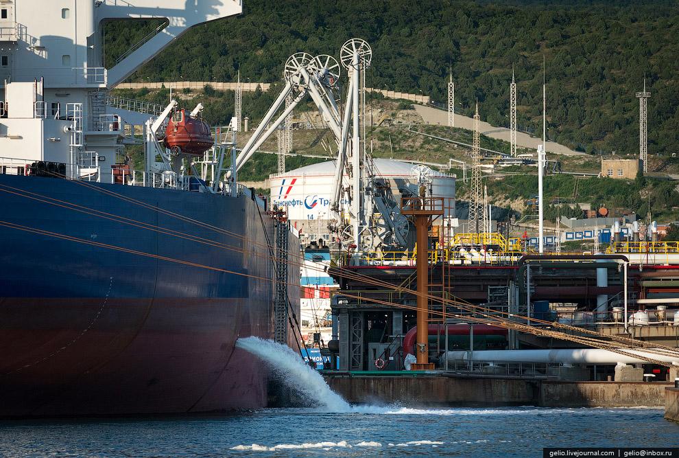 34. Кроме нефти, через причалы терминала осуществляется отгрузка на экспорт мазута и диз. топлива.