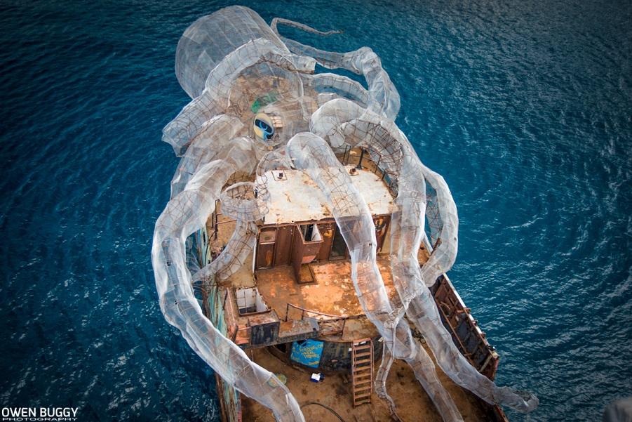 Исторический корабль Второй мировой войны превратился в искусственный риф и художественный холст