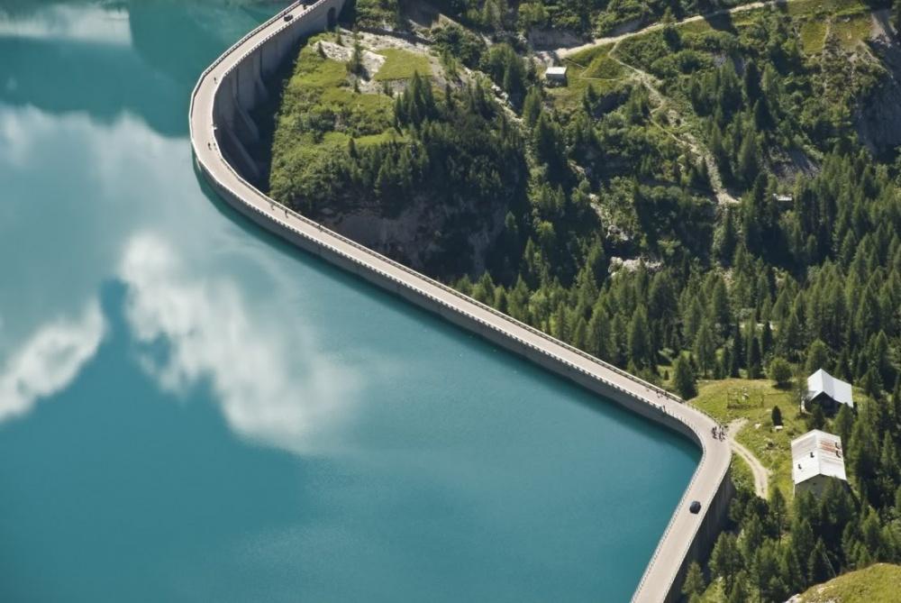 Плотина Вайонт, Италия. Высота — 261,6 м..jpg