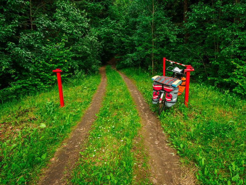 Местное лесничество щеголяет яркими шлагбаумами.