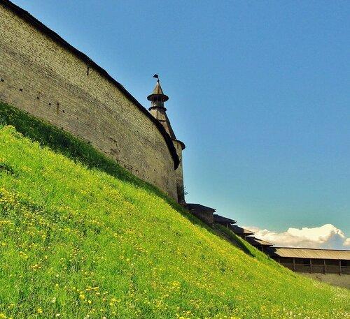 Стены и башня Кутекрома Псковского Кремля
