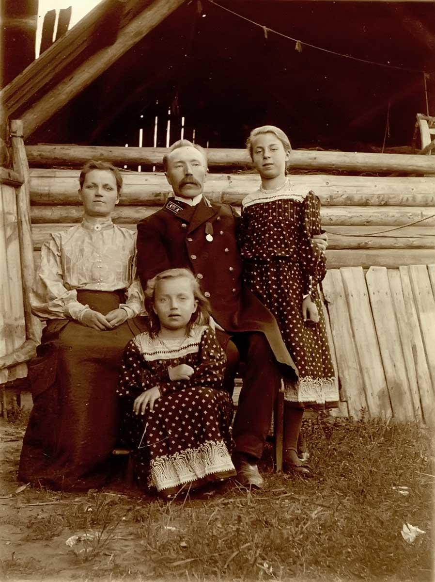 Петр Викторович Комаров с женой и дочерями