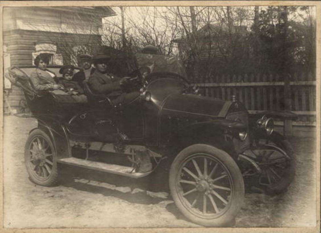 Родственники купца И.Н.Алексеева, сидящие в одном из первом в городе автомобиле