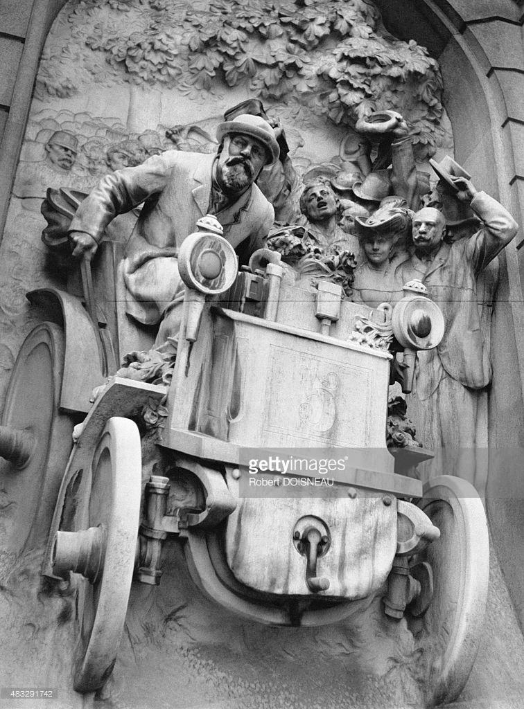 Памятник, посвященный победе Эмиля Левассора во время гонки Париж-Бордо-Париж в 1885 году, на площади Порт-Майо в Париже