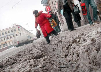 Дворы многоэтажек, тротуары и второстепенные улицы так и не расчистили от снега