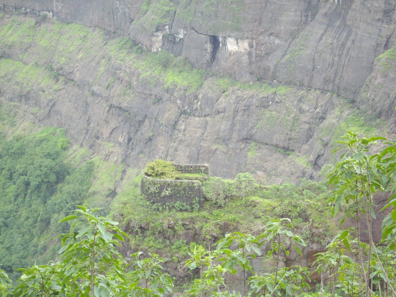 Немного опасная тропиночка из форта Kalavantin Durg Мумбаи, имеет, около, которые, место, Западные, пешие, «Панорама», названием, соответствующим, роскошных, пункта, обзорного, туристы, наблюдать, красивы, совершают, особенно, экскурсию, заросшему