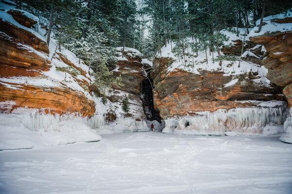 Ледяные пещеры на озере - удивительные игры зимы