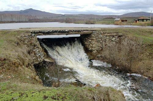 Плотина вдеревне Шарипово