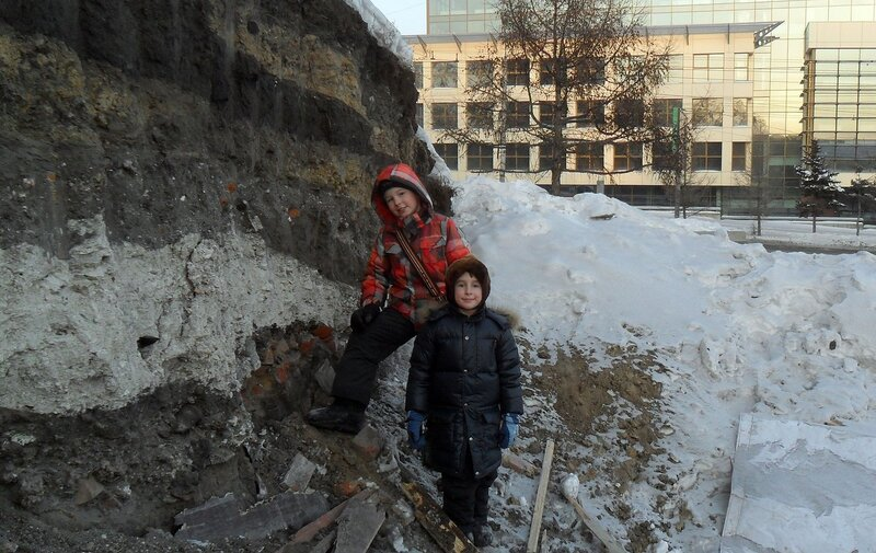 Разрез холма и дети