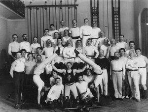 Группа гимнастов, членов общества в спортивном зале