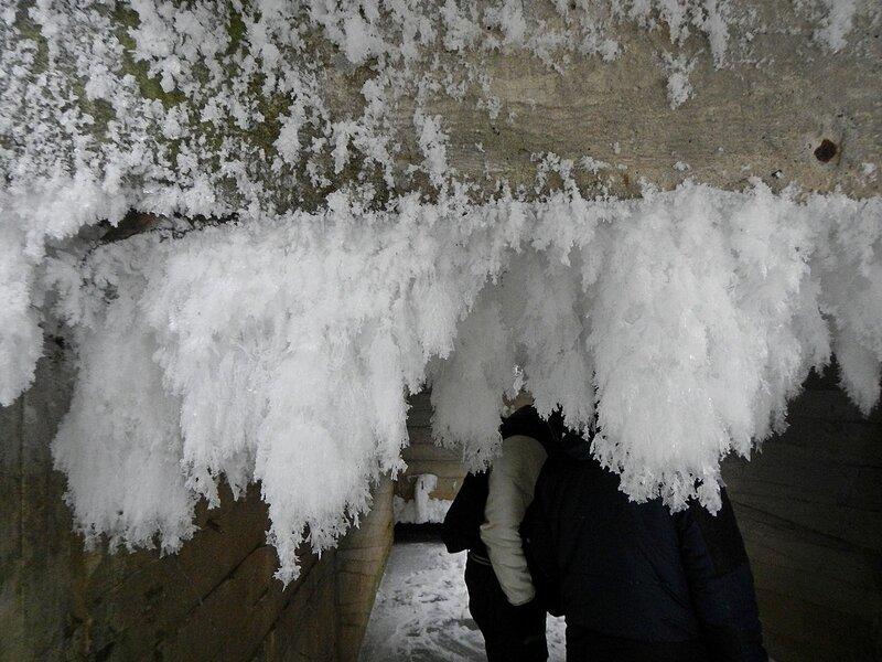 Бороды инея на потолке подземного тоннеля