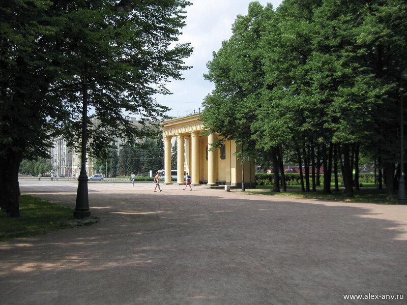 Московский парк Победы. Главный вход на аллею Героев со стороны Московского проспекта украшают пропилеи.