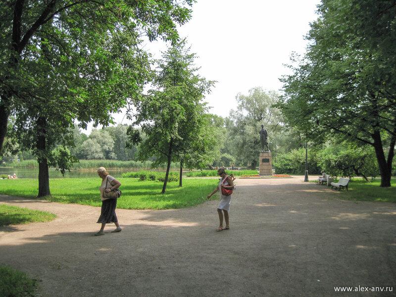Московский парк Победы. Южная часть парка более строгая, нежели северная, и на ней расположено гораздо больше водоёмов.