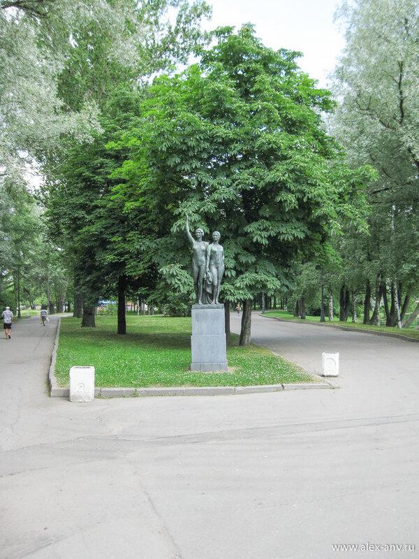 Московский парк Победы. Про эту статую мне не удалось найти никаких сведений...