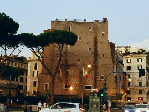 Италия. Рим. Дом со странными окнами (Italy. Rome. House with strange window).