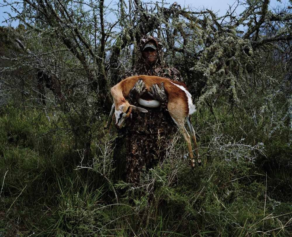 Охотник с газелью, застреленной им из лука, Восточно-Капская провинция, Южная Африка