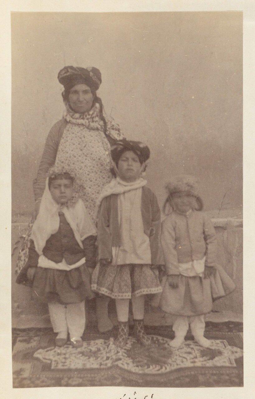 Дочери Шаякх-аль Ислама с еще одним ребенком и женщиной