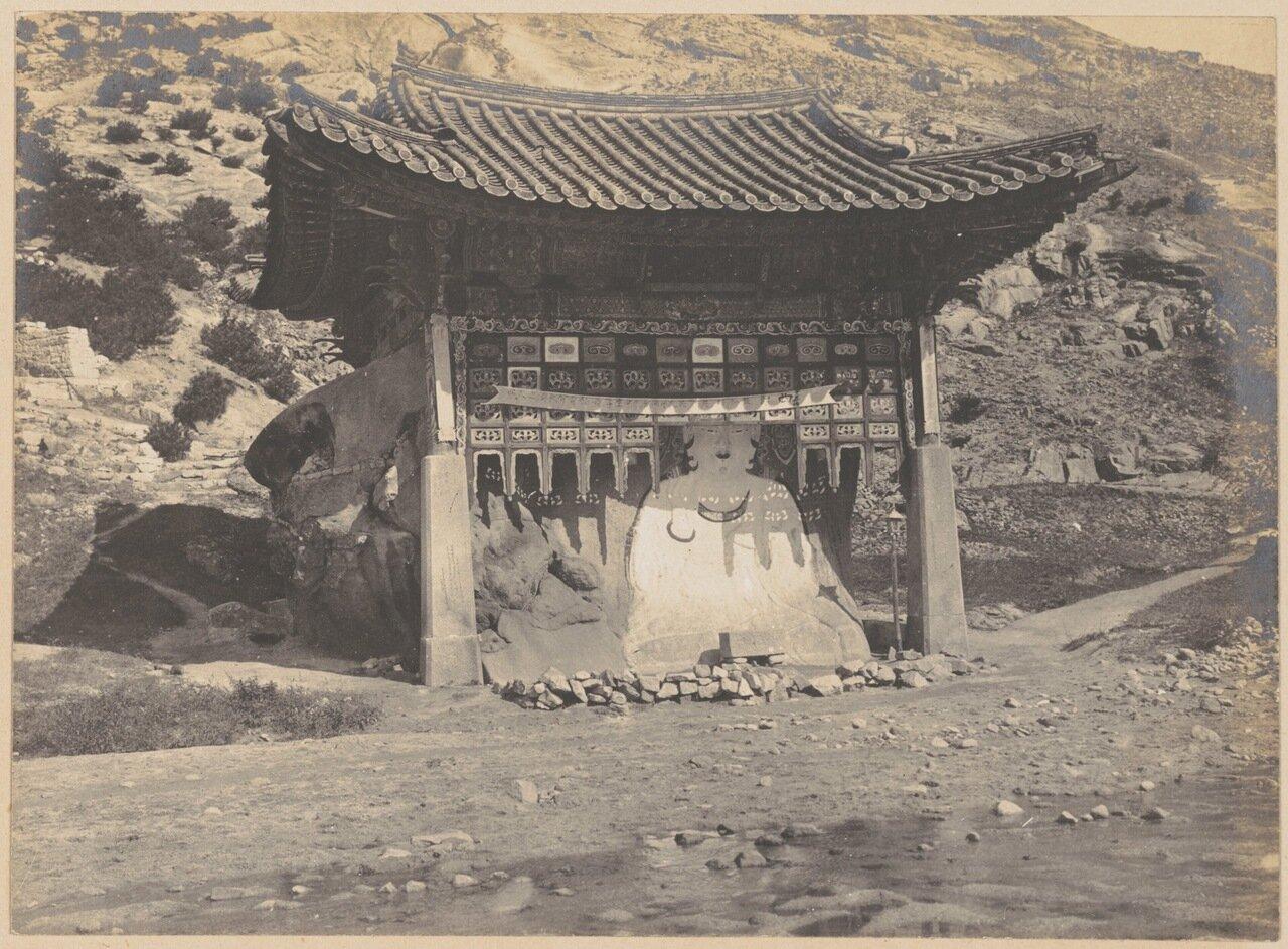 Буддийская святыня на обочине дороги