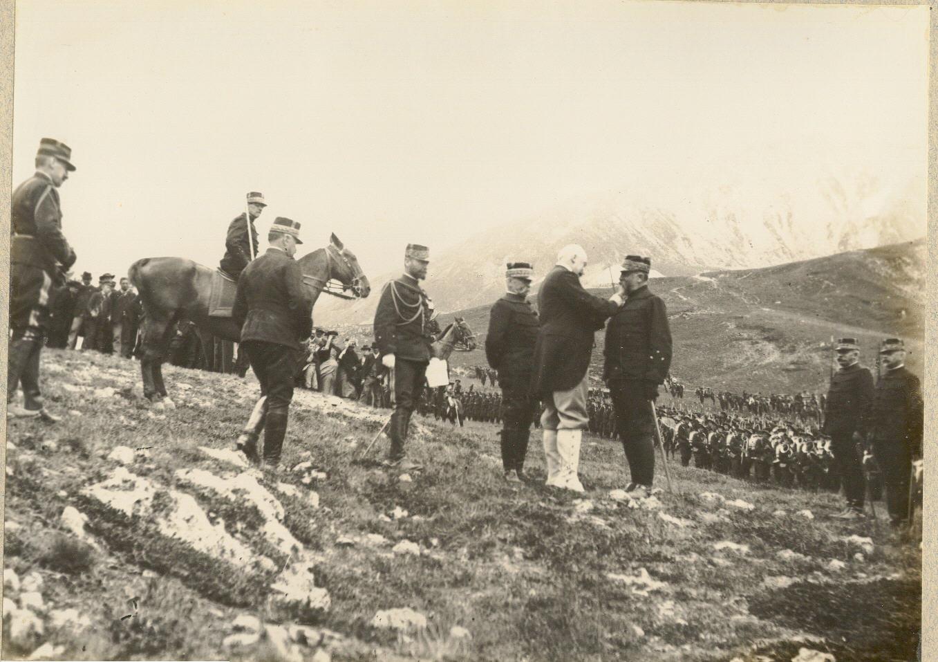 Президент Фор награждает генерала Гюстава Зеде орденом Почетного легиона