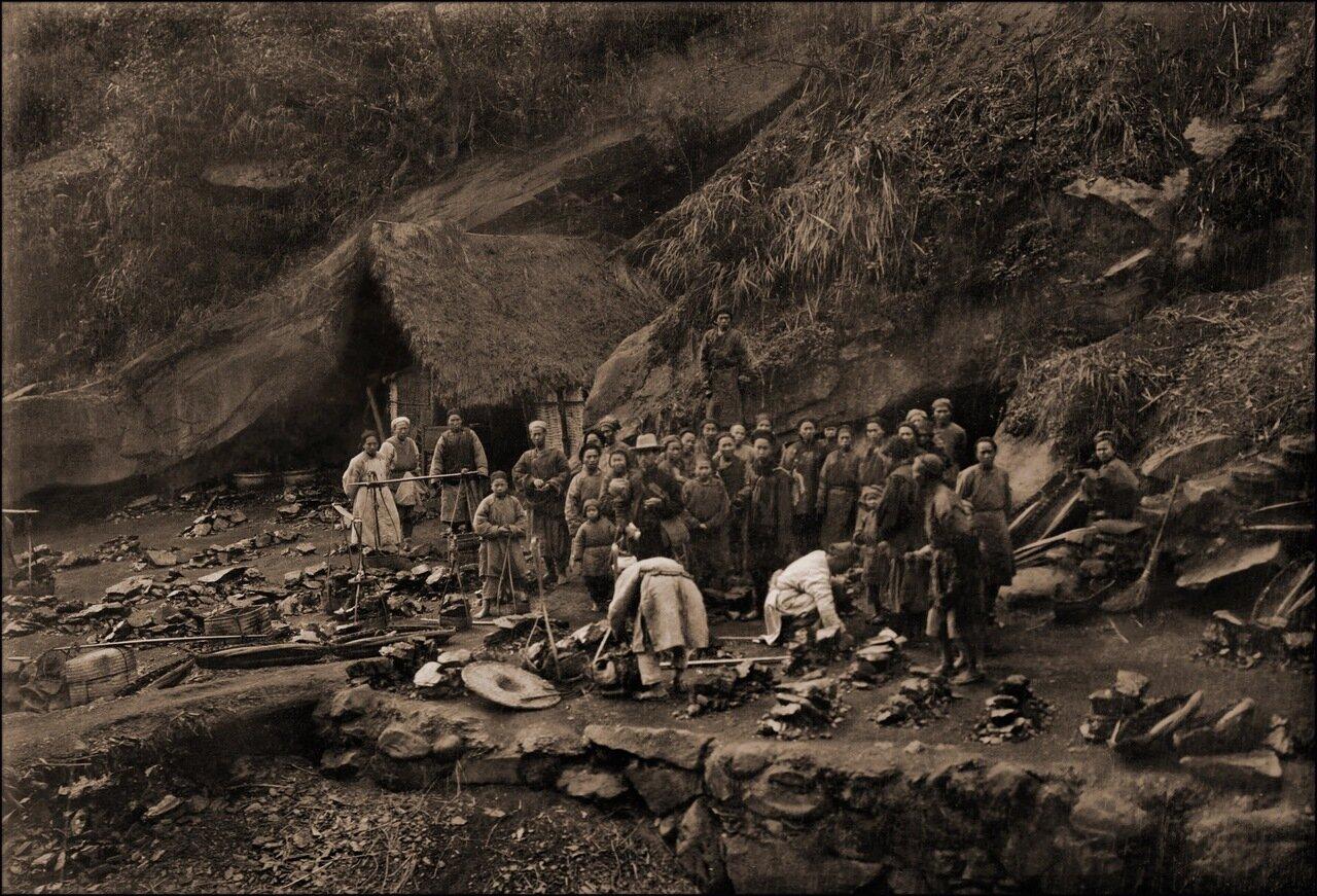 1905. У входа в угольную шахту в районе хребта Западный Та Чу,