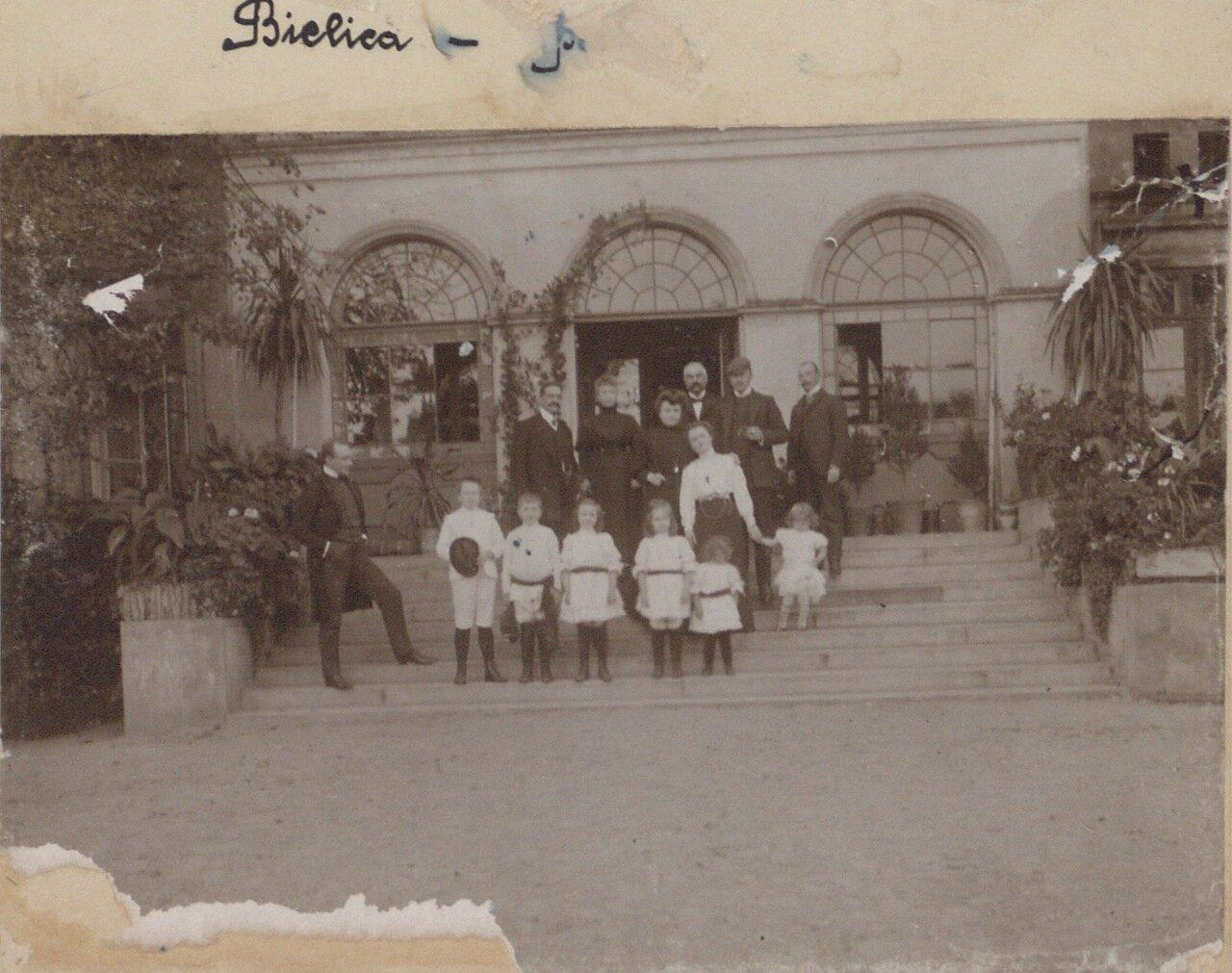 Групповое фото у входа во дворец
