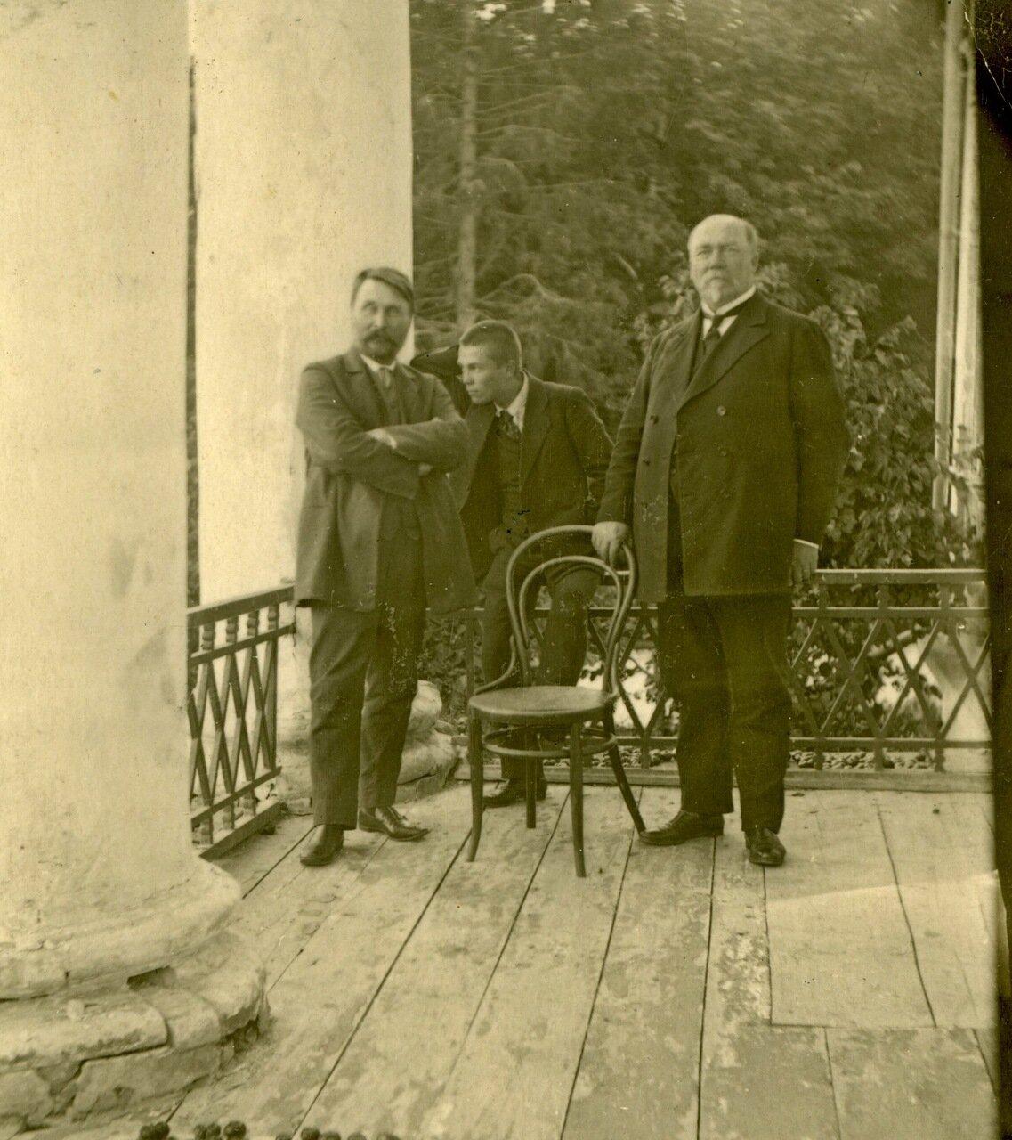 Заводчик Сергей Сергеевич Баранов (слева) с сыном Александром и Никитой Гавриловичем Барановым (справа) на веранде