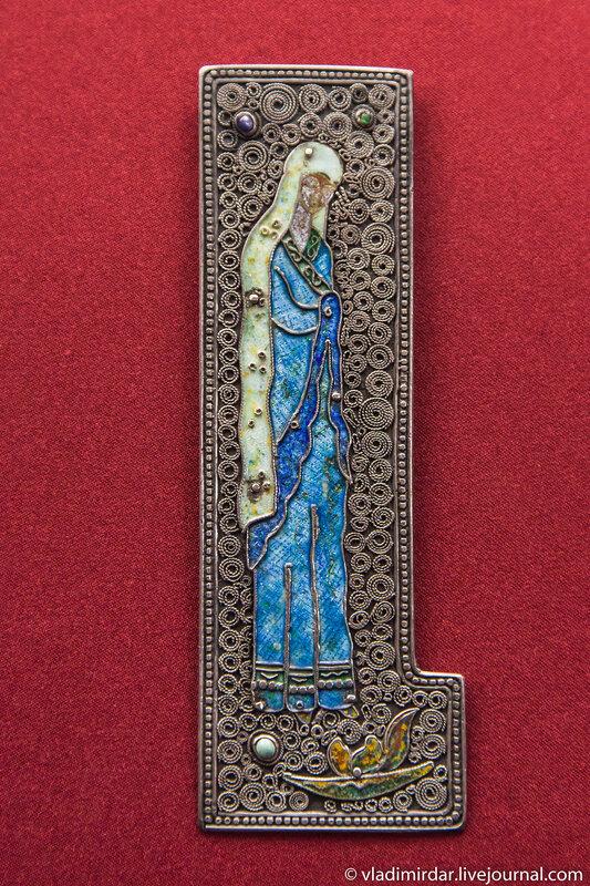 Плакетка «Скорбящая мать». Манаба Магомедова. 1969. Серебро, бирюза; эмаль по гравировке, скань. Частное собрание.
