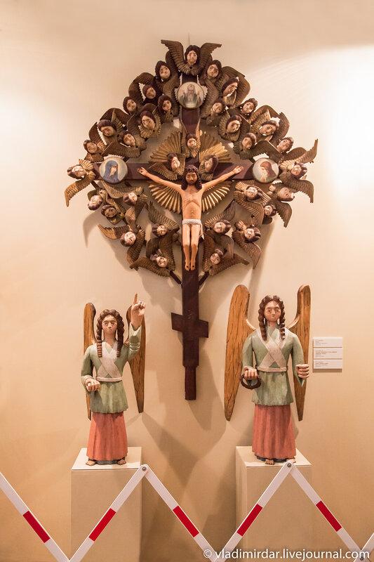Распятие Христа окруженое 34-мя головками херувимов.
