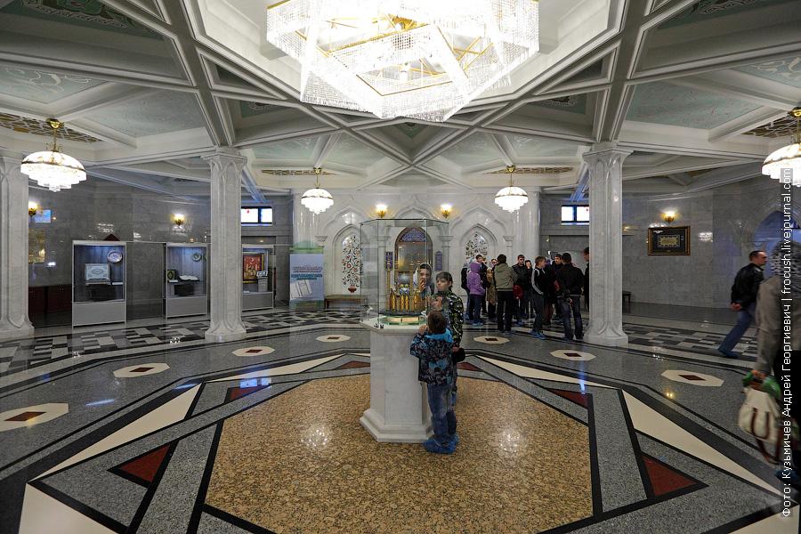 Модель мечети находится как раз на том месте, где до недавнего времени был большой Коран