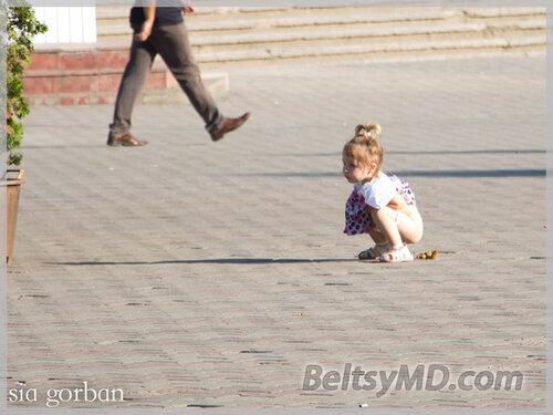 Маленькая девочка справила «большую» нужду — в центре Бельц
