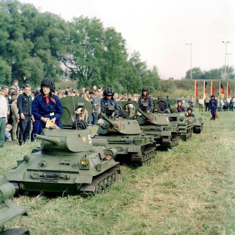 Техника Пионерской танковой бригады (под Т-34, Т-34Т, Т-55 и СУ-100) из Бад-Шмидеберга; ГДР, 1978 год.jpeg