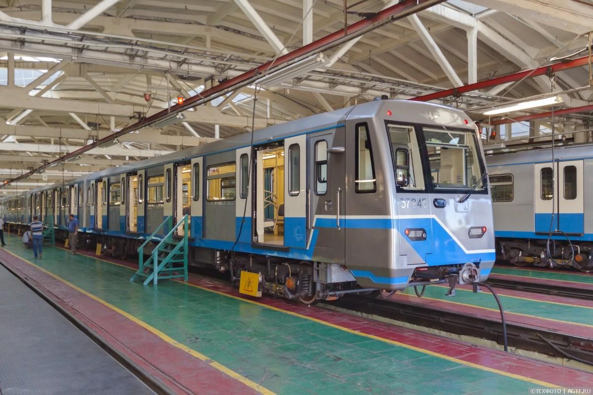 Поезд метро, оформленный в честь Дня флага Росии