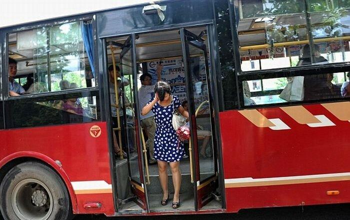 Я сразу отметила про себя, какие удобные и мягкие сидения и удобно устроившись, осмотрела автобус.