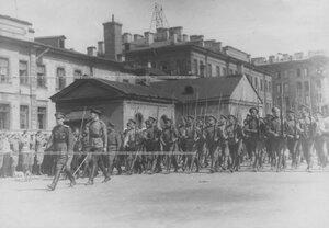 Запасной батальон полка проходит церемониальным маршем на параде.