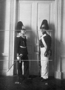 Обер-офицер и рядовой сапер батальона в форме образца 1844 года.