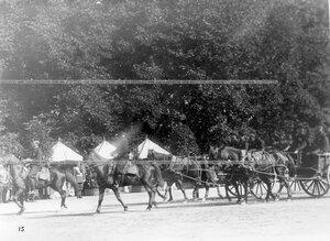 Гвардейцы в повозках проезжают мимо императора Николая II, принимающего парад.