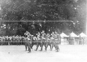 Император Николай II с группой офицеров на площади во время парада.
