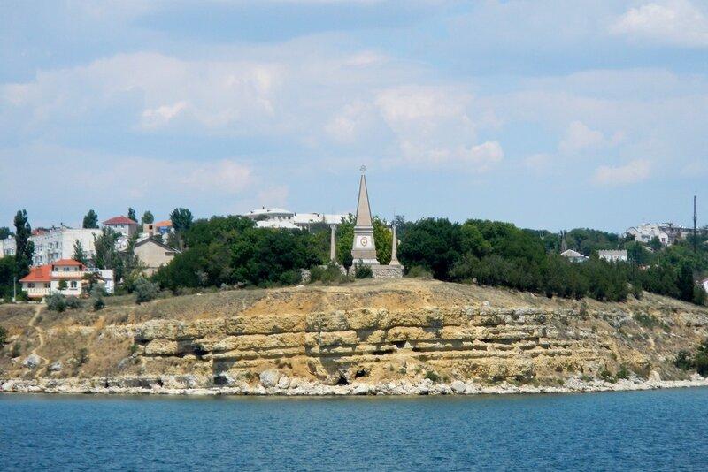 Памятник 2-й Гвардейской армии на мысу на Северной стороне - вид из Артбухты, Севастополь