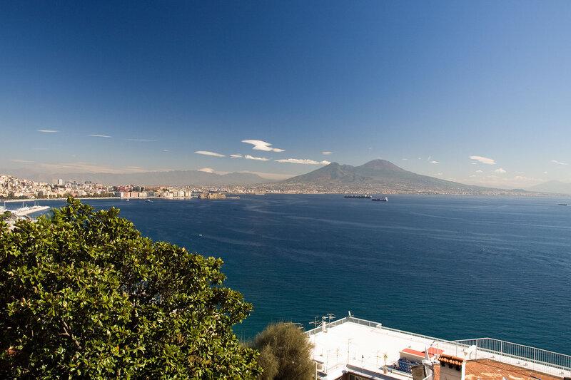 .Неаполь встречает классическим видом Везувия