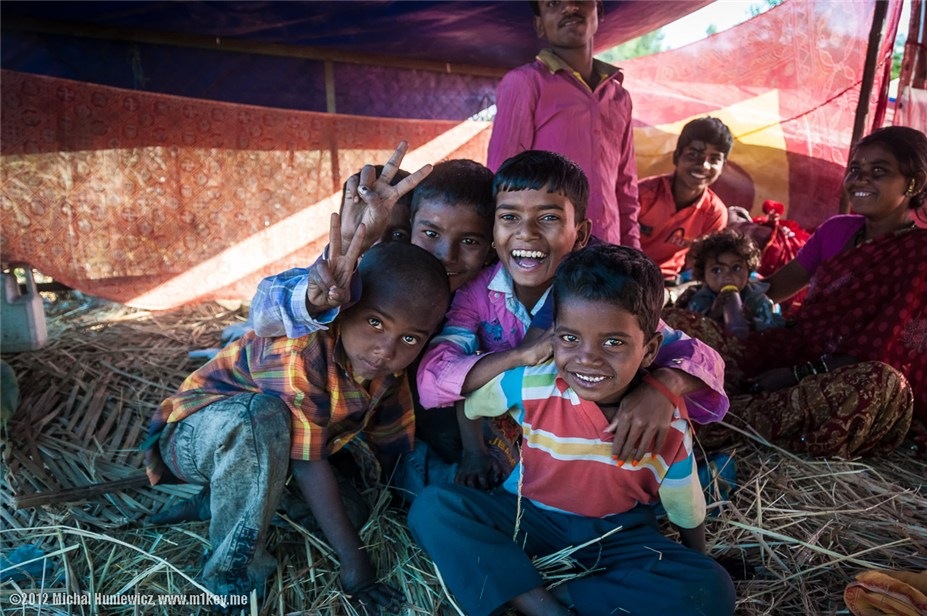семья в палатке, в трущобах Джайпура - путешествие по Индии / India by Michal Huniewicz