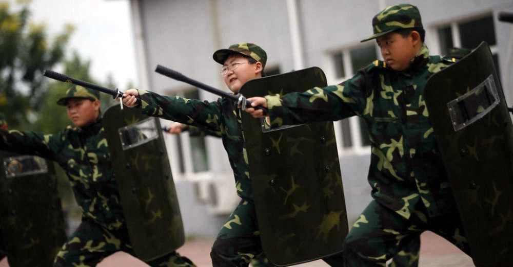 Будущий китайский ОМОН во время занятий по самообороне