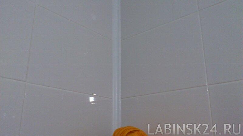 Пластиковый плинтус на стене в ванной комнате