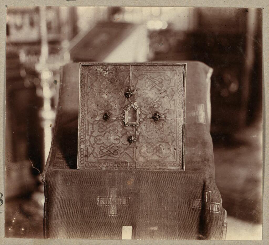 Частица мощей и орешки, бывшие в руке Царевича Димитрия в момент убиения