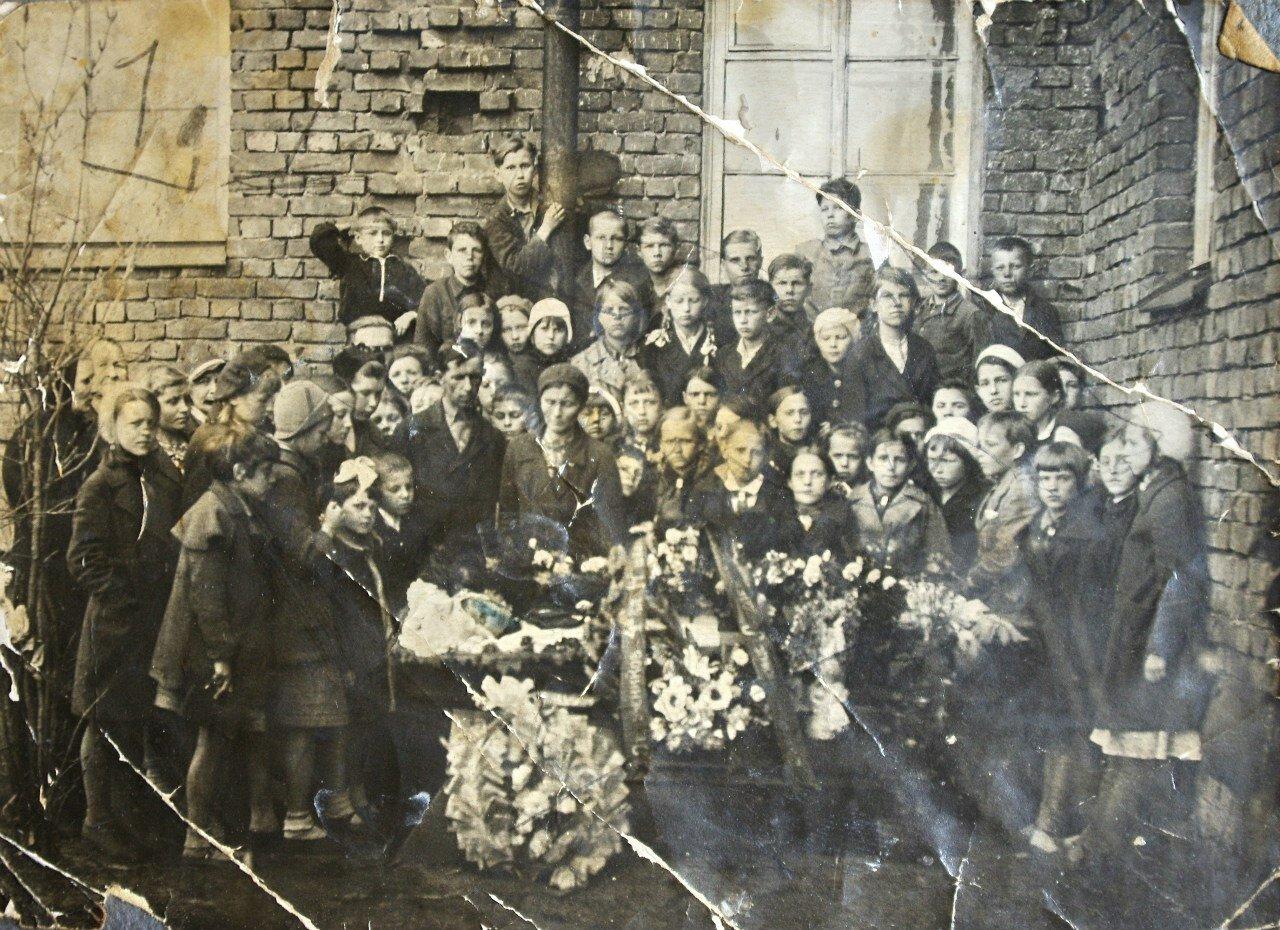 Любовь Ивановна Лебедева на похоронах дочери.