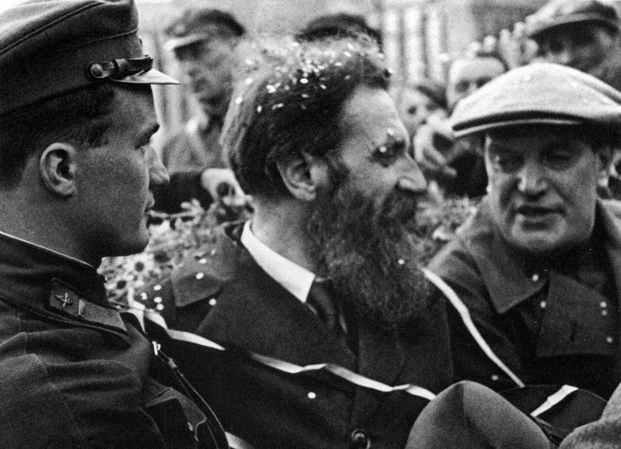 1934. Камарин, Шмидт и  Куйбышев на встрече челюскинцев.